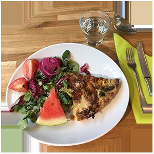 Tampereen Bakery Cafe - kevyt lounas - piirakka salaatilla